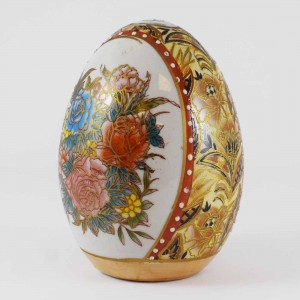 Vintage Satsuma Egg, Satsuma Pottery Egg Of 4 Inch Size With Hand Painted Floral Design In White And Gold Finish CHE4-02