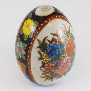 Vintage Satsuma Egg, Satsuma Pottery Egg Of 4 Inch Size With Hand Painted Floral Design In White And Black Finish CHE4-01